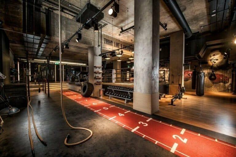 Зона для функциональных тренировок в тренажерном зале